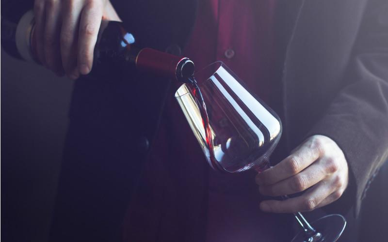 Dicas para servir um vinho com a elegância de um profissional