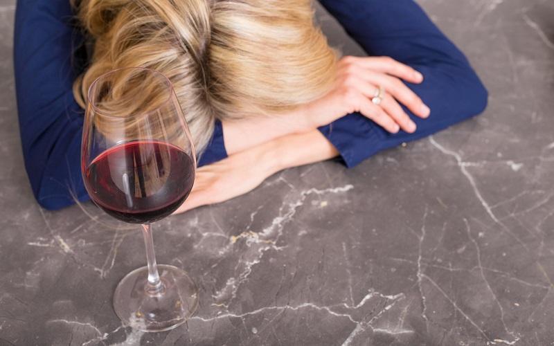 Ressaca? Dicas para lidar com ela e conselhos para prolongar o prazer de beber uma taça de vinho sem passar da conta